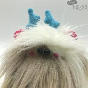 Világosbarna/fehér bundájú, rózsaszín fülű yetimaci