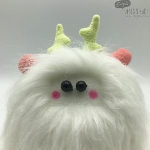 Fehér bundájú, rózsaszín fülű yetimaci