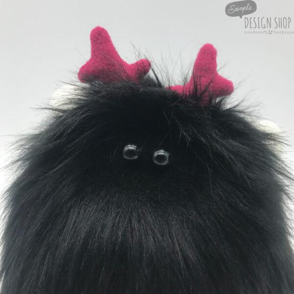 Fekete bundájú, fehér fülű yetimaci