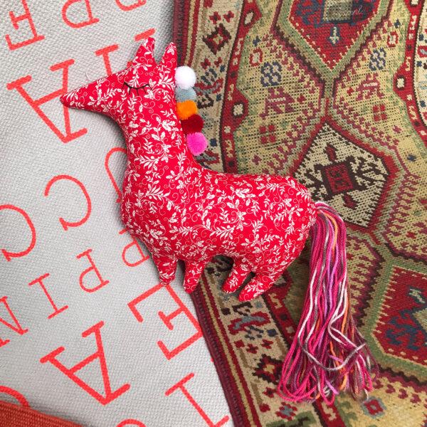 Fehér virágos, piros ló állatkás párna