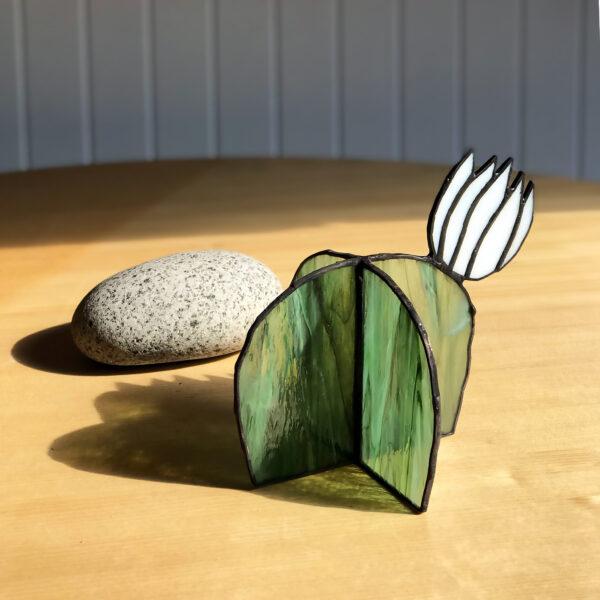 Virágzó kaktusz asztali üvegdísz, fehér virággal (közepes)