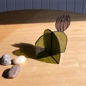 Virágzó kaktusz asztali üvegdísz, lila virággal (közepes)