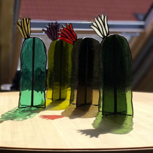 Virágzó kaktusz asztali üvegdísz, piros virággal (nagy)